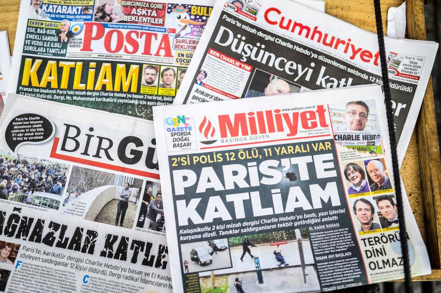 """Les Unes de journaux turcs au lendemain de l'attaque contre """"Charlie Hebdo"""" qui a fait 12 morts, ici le 8 janvier 2015, à Istanbul (illustration)."""