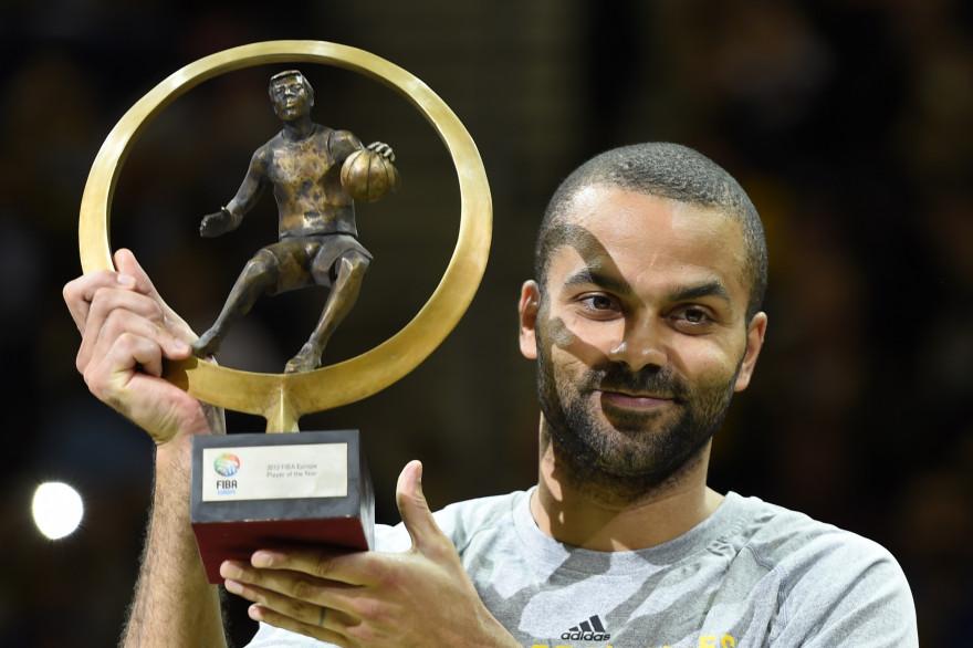 Tony Parker a déjà soulevé le trophée du meilleur joueur européen, en 2013 (archives).