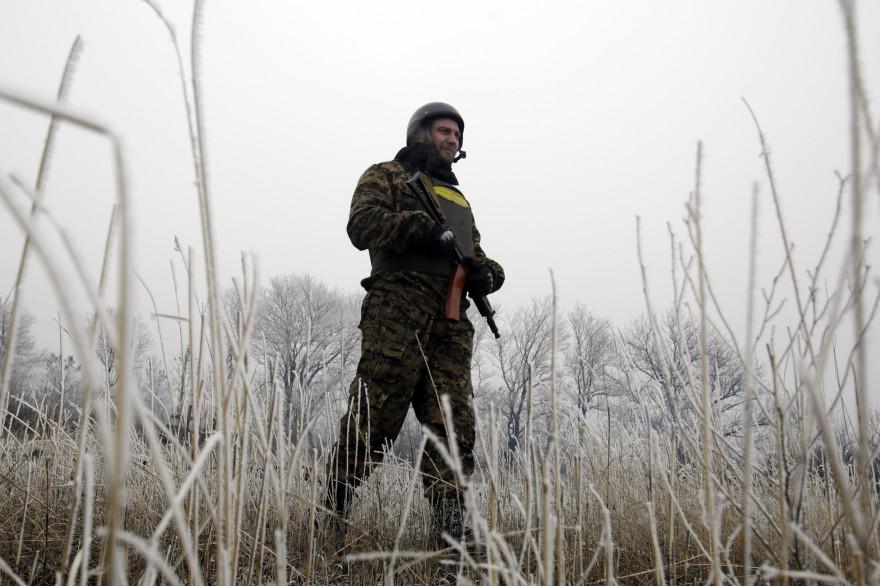 Un soldat des forces ukrainiennes près de Debaltseve le 14 février 2015