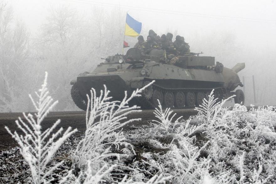 """Un char ukrainien près de Debaltseve, le 15 février 2015, """"point le plus chaud"""" depuis la début de la trêve."""