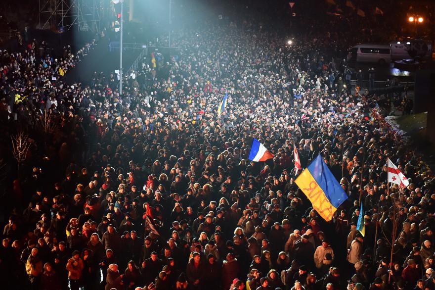 Des milliers de personnes manifestent à Kiev pour commémorer la mort il y a un an de manifestants de la place Maïdan, le 20 février 2015.