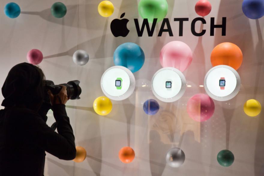 Des Apple Watch dans une vitrine de la rue Saint-Honoré de Paris, le 30 septembre 2014 (archives).