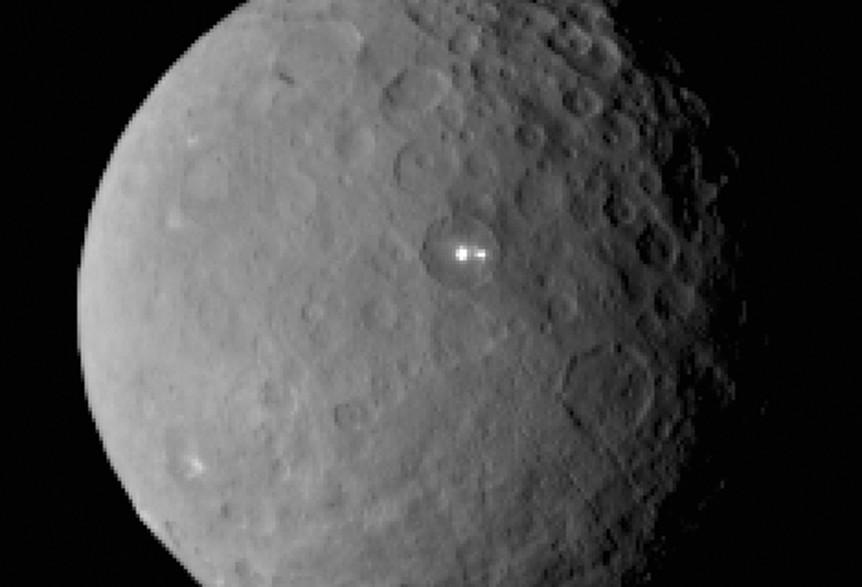 La Nasa a détecté deux mystérieux points brillants sur la planète naine Céres