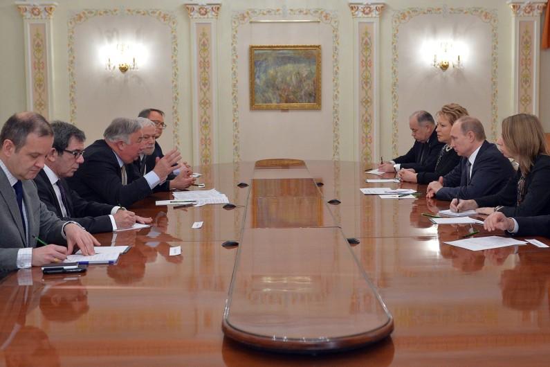 Gérard Larcher (3ème en partant de la gauche) s'entretient avec Vladimir Poutine à Moscou, le 26 février 2015.