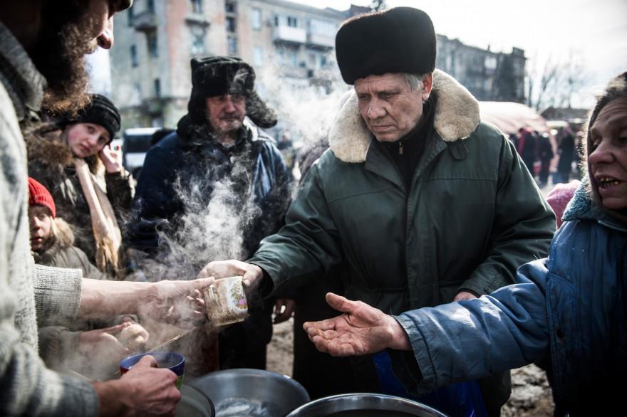 Des séparatistes servent du thé aux civils de Debaltseve, le 25 février 2015 (illustration).