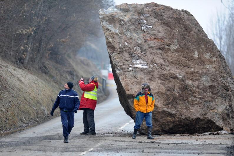 Le rocher tombé sur la N117 menant vers les stations des Ménuires et de Val Thorens, en Savoie.