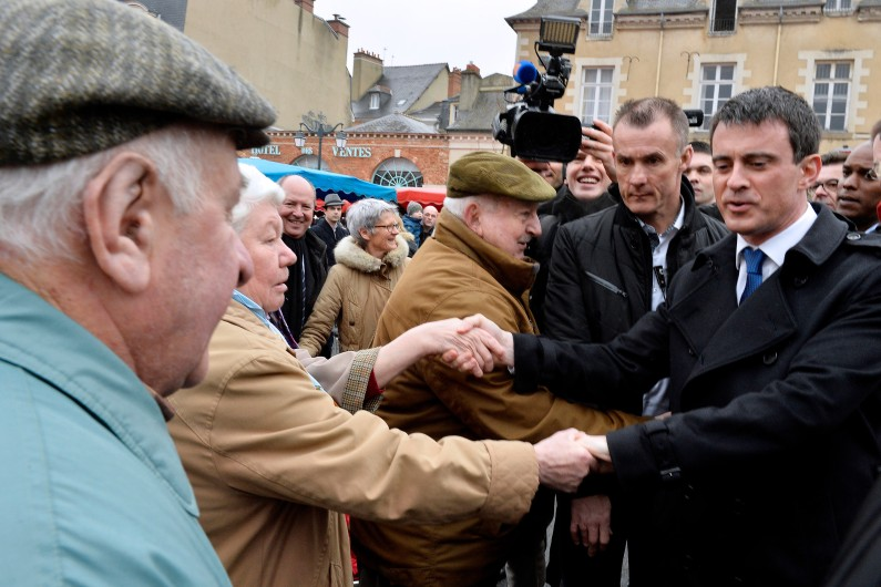 Manuel Valls salue des habitants sur le marché de Rennes, le 28 février 2015