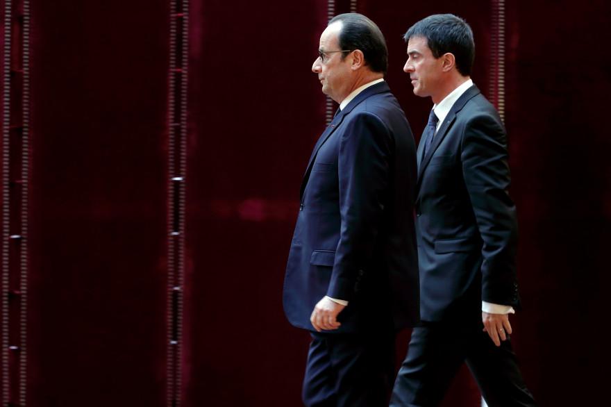 François Hollande (-6) et Manuel Valls (-7) enregistrent en mars une nette baisse de leur cote de satisfaction par rapport au mois précédent selon le baromètre OpinionWay. (archive)