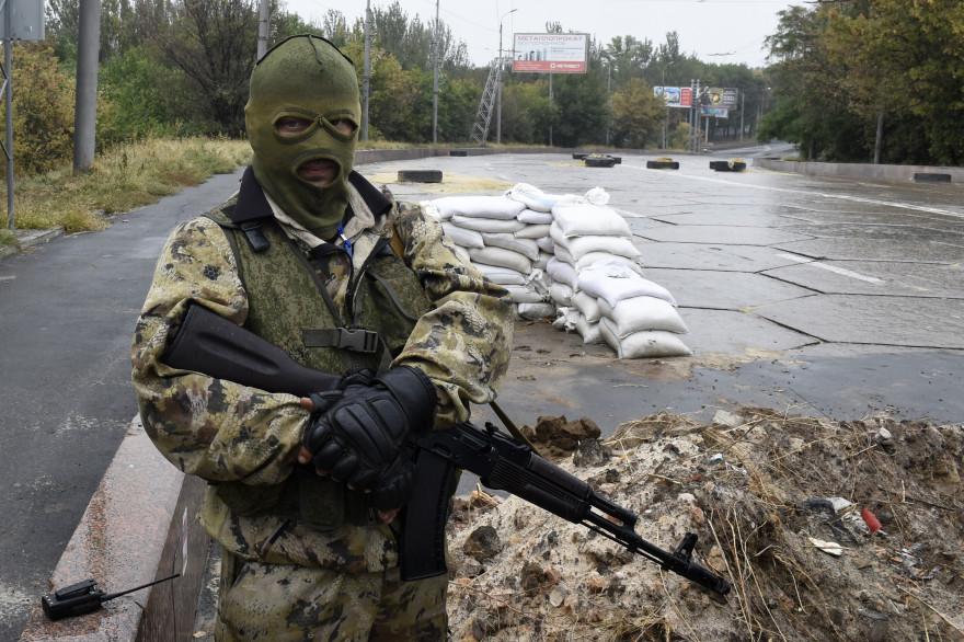 Un séparatiste pro-russe à un checkpoint près de Donetsk, le 10 septembre 2014 (archives).