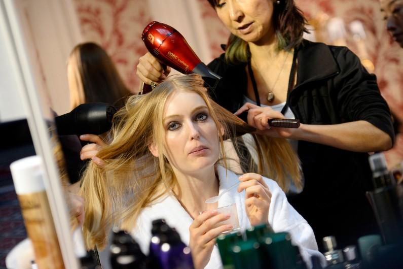 Un mannequin se fait coiffer lors de la Fashion Week à Paris (illustration)