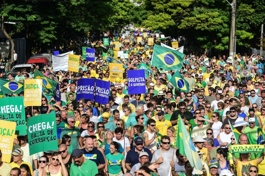Manifestation contre la présidente brésilienne Dilma Rousseff à Porto Allegre le 15 mars 2015.