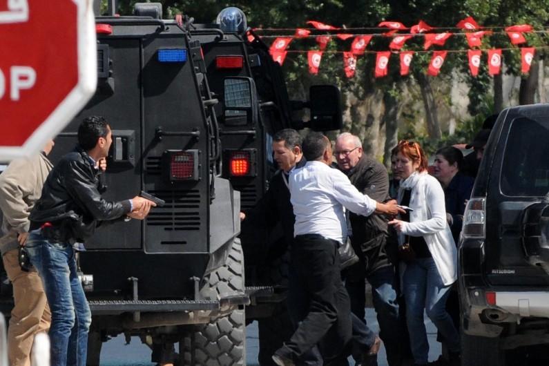 Des touristes sont évacués, après l'attaque à Tunis, le 18 mars 2015