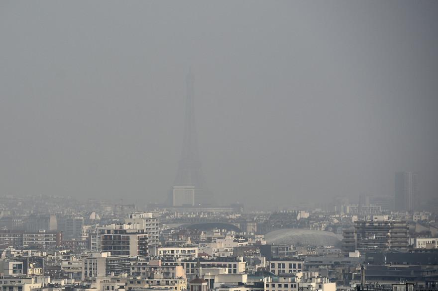À cause de la pollution, la Tour Eiffel était presque invisible le 18 mars 2015 à Paris. (Ilustration).