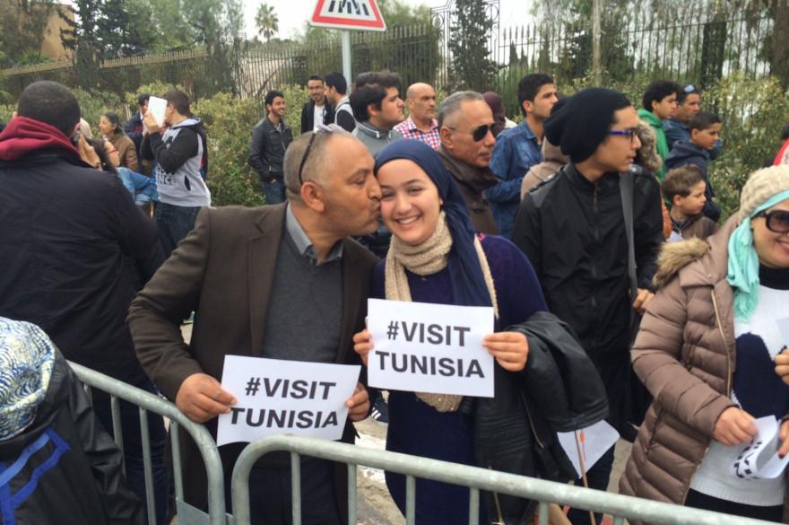 Les guides touristiques manifestent devant le musée du Bardo à Tunis.