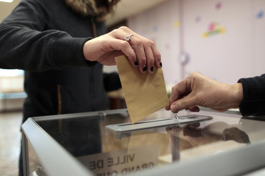 Un bulletin de vote glissé dans l'urne (illustration)