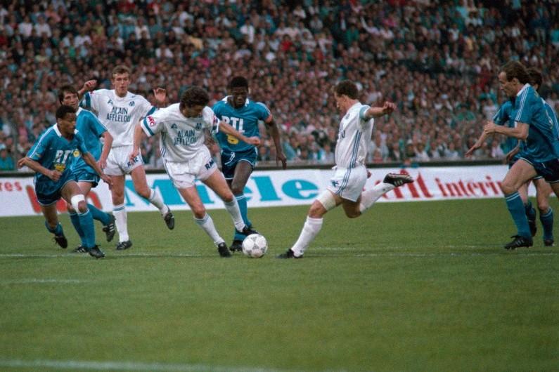Franck Sauzée, au second plan à gauche, avec le maillot blanc de l'OM contre le PSG, en 1989
