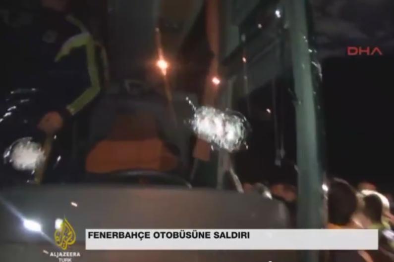 Les impacts de balle contre la vitre du bus de Fenerbahçe