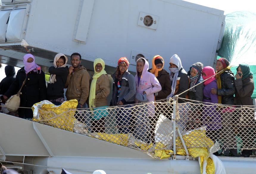 Un bateau transportant des migrants arrive dans le port de Messine après une opération de sauvetage en mer le 18 avril 2015 (image d'illustration)