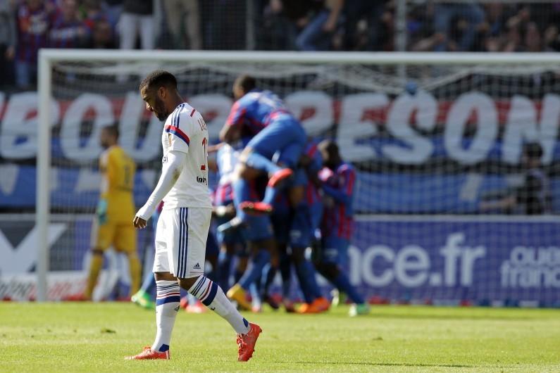 Alexandre Lacazette, attaquant de l'Olympique Lyonnais, devant les joueurs de Caen, samedi 9 mai