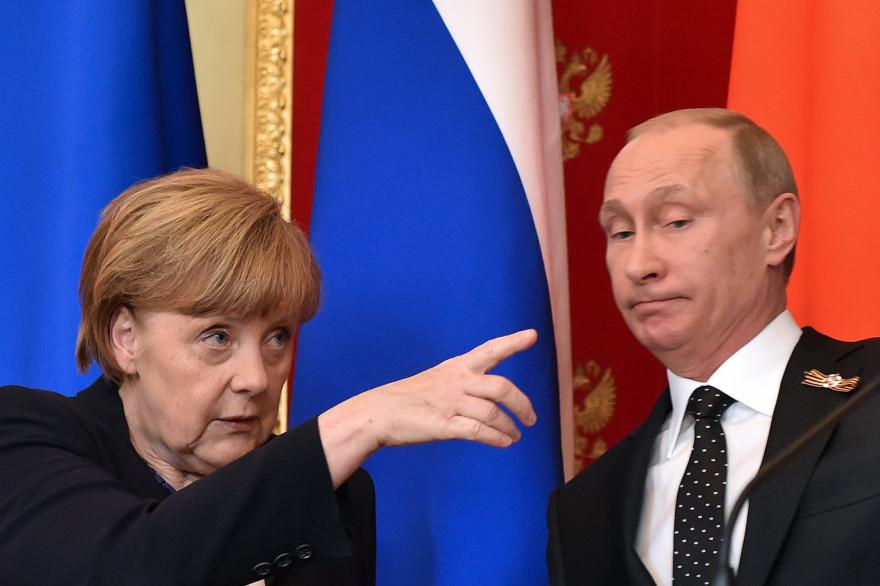La chancelière allemande Angela Merkel et le président russe Vladimir Poutine le 10 mai 2015 à Moscou.