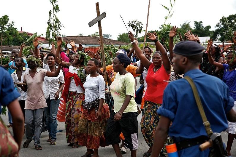 Les manifestants à Bujumbura, capitale du Burundi, le 13 mai 2015