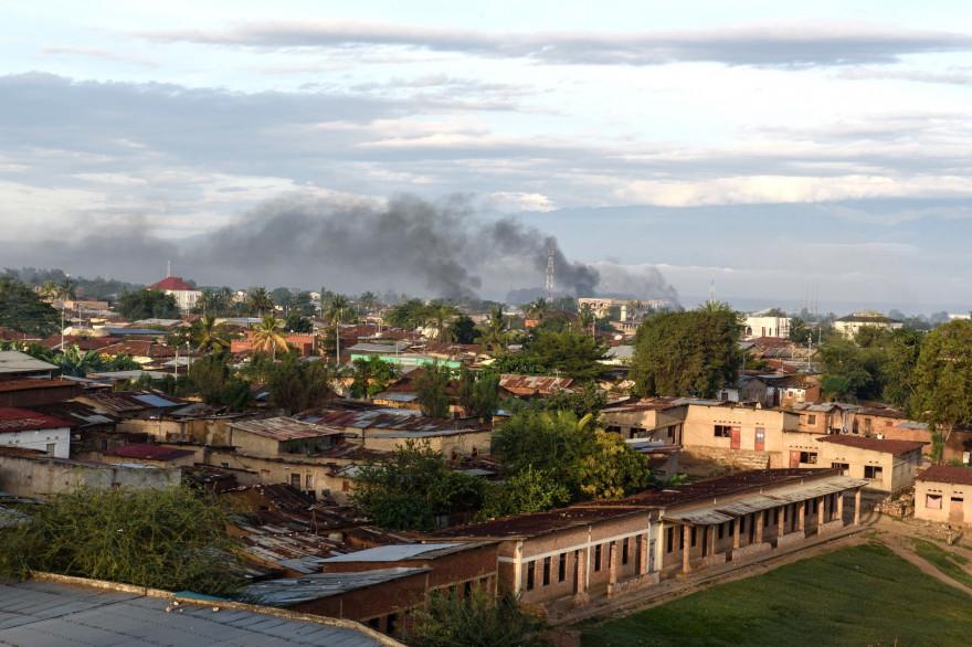De la fumée monte de plusieurs bâtiments près du port de Bujumbura le 14 mai 2015 après une nuit marquée par de violents affrontements dans la capitale du Burundi.