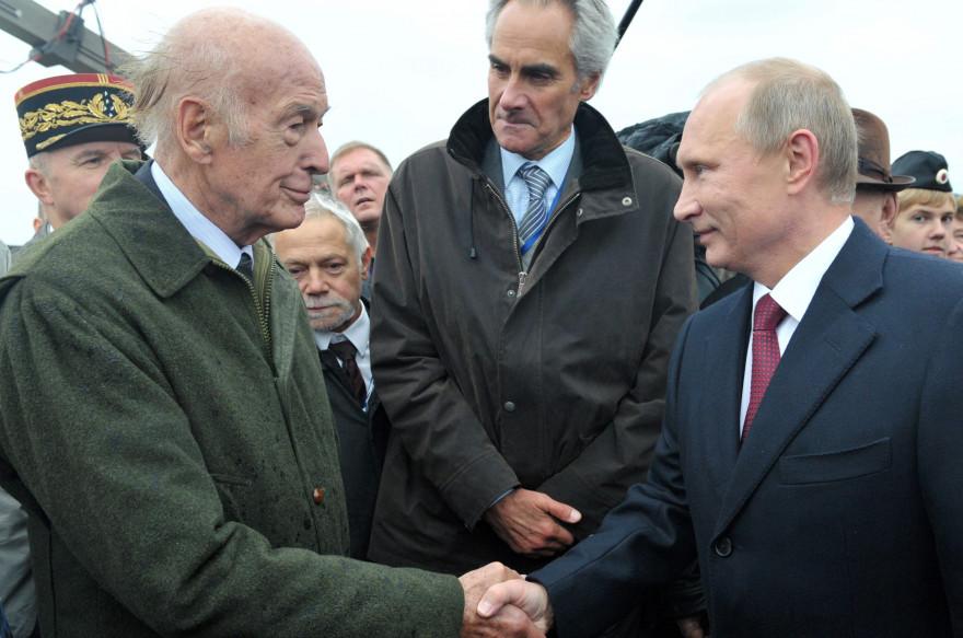 Poignée de mains entre Valéry Giscard d'Estaing et Vladimir Poutine à l'occasion du bicentenaire de la bataille de Borodino