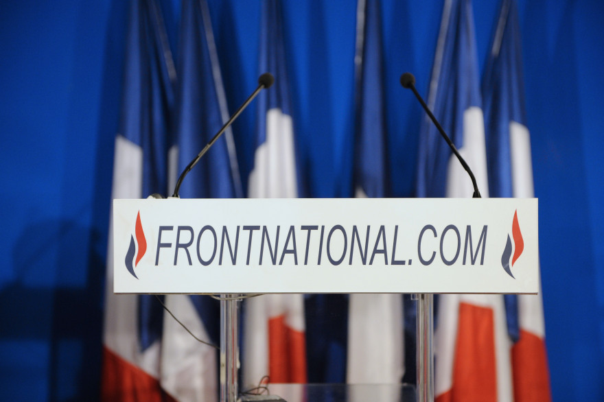 Photo d'illustration d'une tribune de discours du FN.