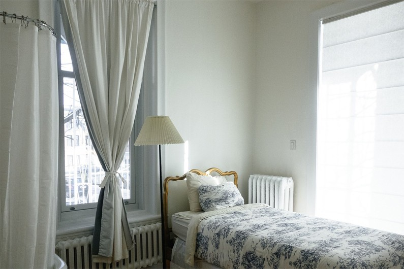 Pour faire entrer la lumière, privilégiez les meubles blancs