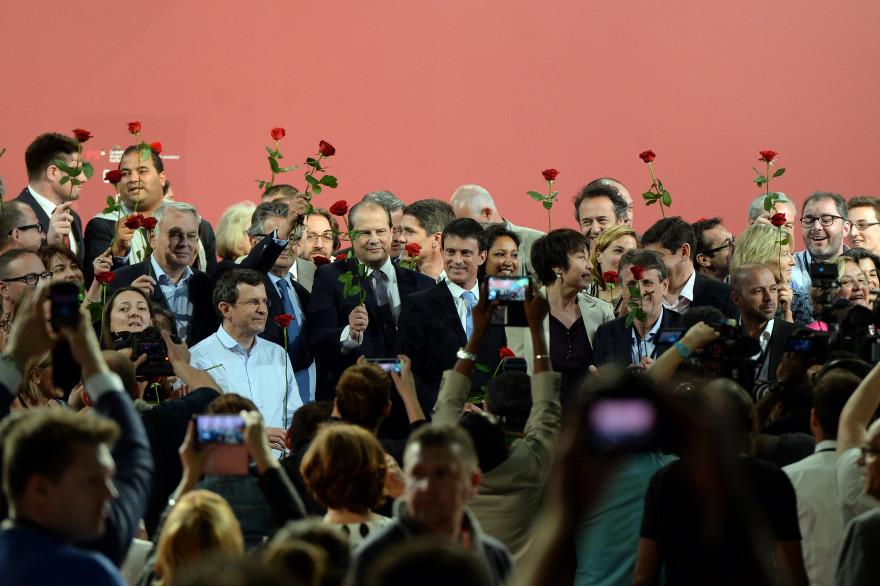 """A l'issue du discours de Jean-Christophe Cambadélis, ce dernier, Manuel Valls, Jean-Marc Ayrault, des responsables de la """"motion Cambadélis"""", mais aussi de deux des motions concurrentes se sont réunis pour chanter la Marseillaise et, poser rose à la main."""