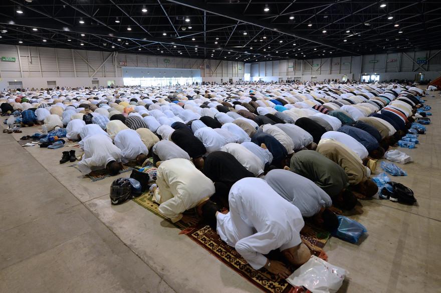 Des musulmans français prient à l'occasion de la fin du ramadan, le 28 juillet 2014, dans le hall du parc Chanot à Marseille.(archives)