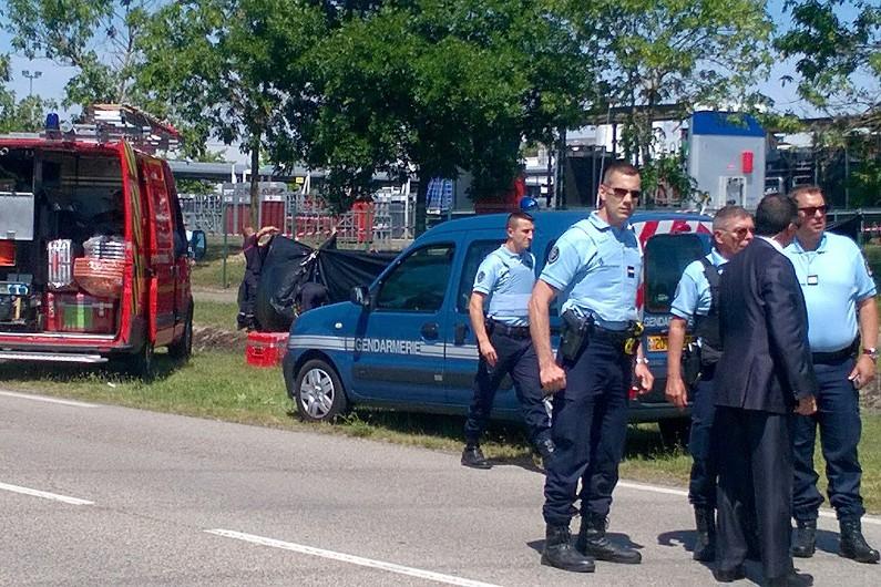 Des forces de l'ordre sur le site de l'usine de Saint-Quentin Fallavier, cible d'un attentat le 26 juin 2015