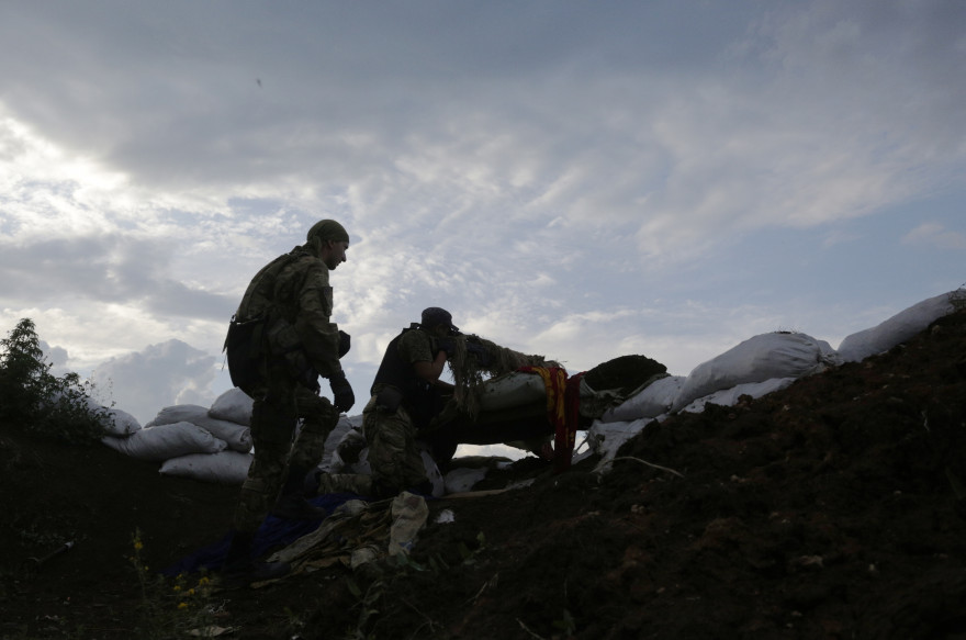 Deux membres d'une milice volontaire surveillent des zones contrôlées par les séparatistes pro-russes