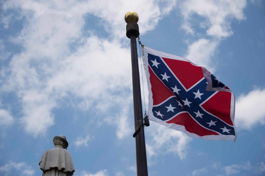 Le drapeau confédéré devant le parlement de Caroline du Sud