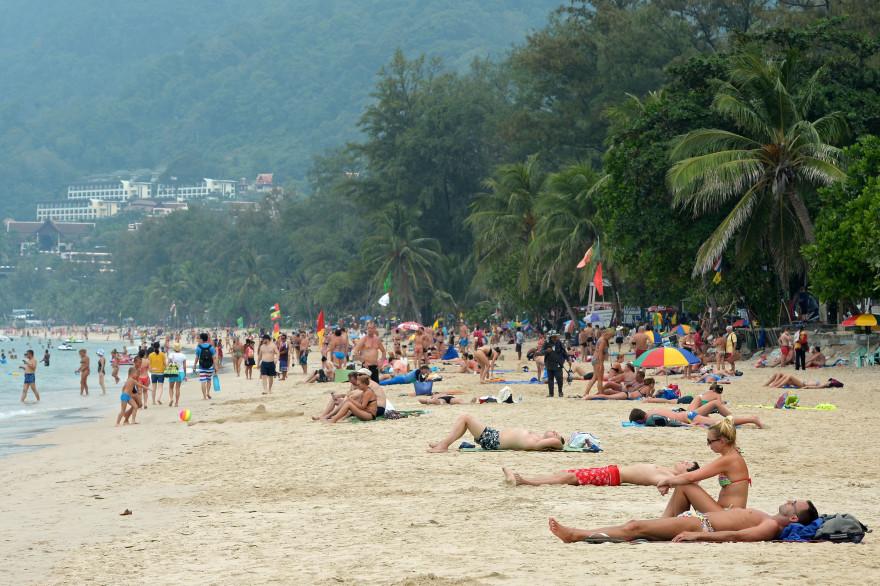 Des touristes sur une plage de Phuket en Thaïlande le 25 décembre 2014 (illustration).