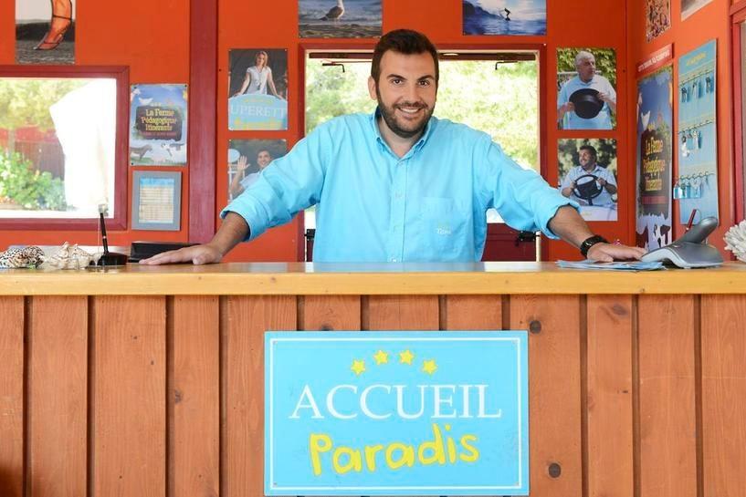 """Dans """"Camping Paradis"""", Laurent Ournac interprète Tom, le gérant du camping."""