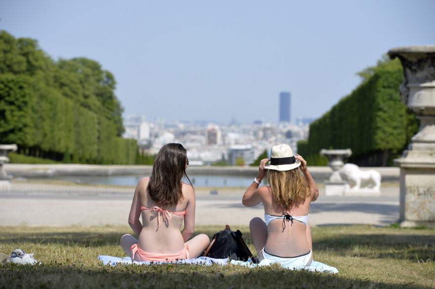 Deux jeunes filles profitent du soleil en maillot de bain à Paris (illustration)
