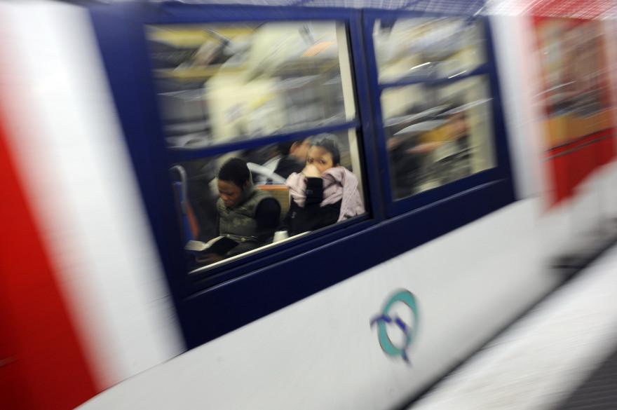 Des usagers circulent sur la ligne du RER A, le 19 décembre 2009 à Paris. (archives)