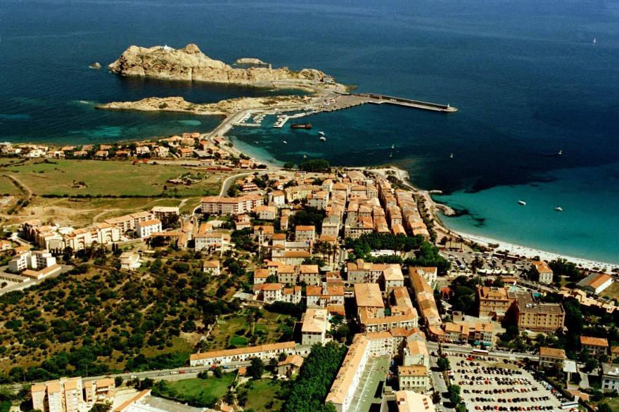 Une vue aérienne de l'Île Rousse (illustration)