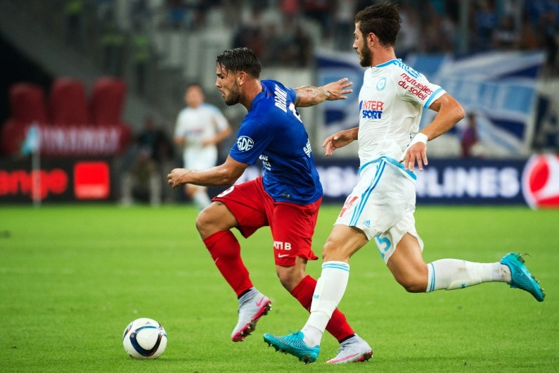 Andy Delort devant Stephane Sparagna lors de Caen-Marseille en Ligue 1, le 8 août 2015