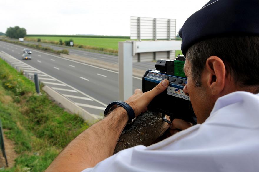 Un gendarme effectue un contrôle de la vitesse (illustration)