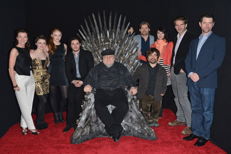 "George RR Martin entouré des principaux acteurs de ""Game of Thrones"""