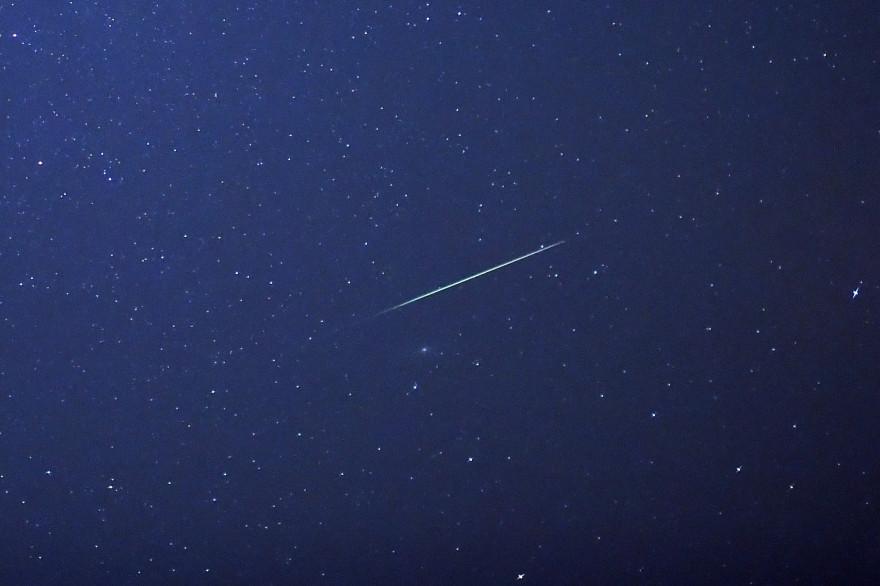 Une étoile filante dans le ciel de Halle, dans l'Est de l'Allemagne