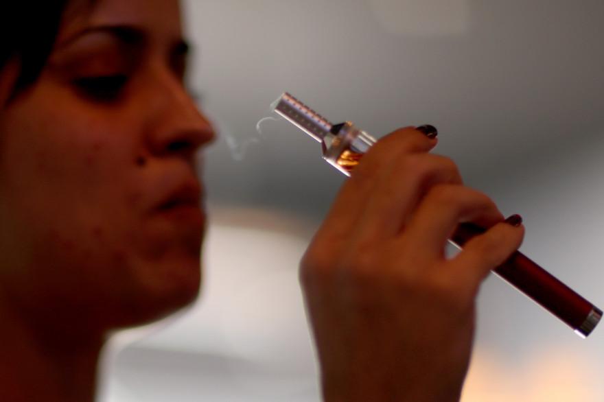 Une femme avec une cigarette électronique (illustration)