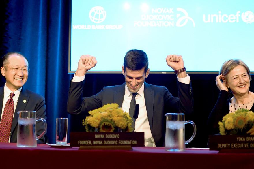 Novak Djokovic (au centre) devient ambassadeur de l'Unicef le 26 août 2015