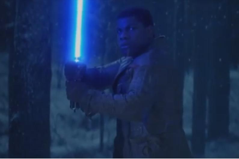 """Finn, joué par John Boyega, sera armé d'un sabre-laser bleu dans """"Star Wars : Le Réveil de la Force"""""""