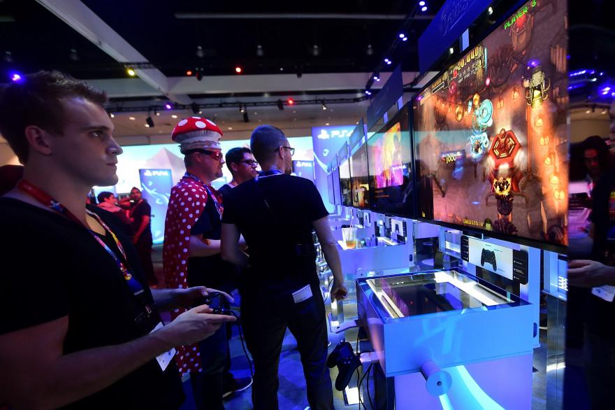 Un joueur joue à la PS4 pendant le salon E3