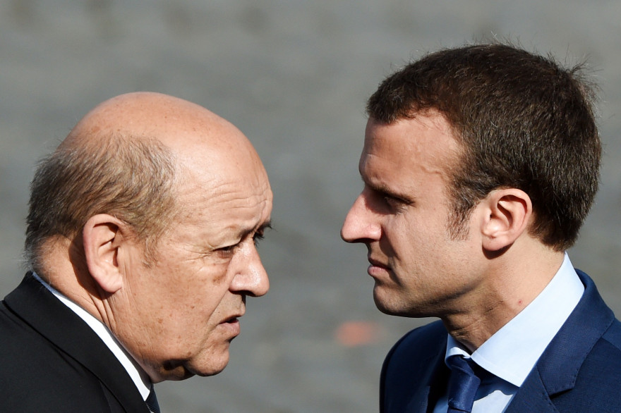 Jean-Yves Le Drian, ministre de la Défense (gauche) et Emmanuel Macron, ministre de l'Économie.