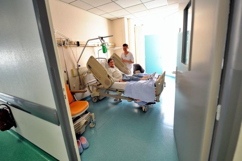 Un femme suit un traitement contre le cancer dans un hôpital de Lille, en février 2013 (photo d'illustration).