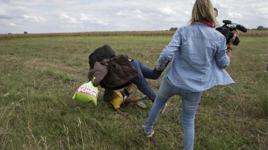 La journaliste hongroise a fait tomber et a donner des coups de pieds à des migrants